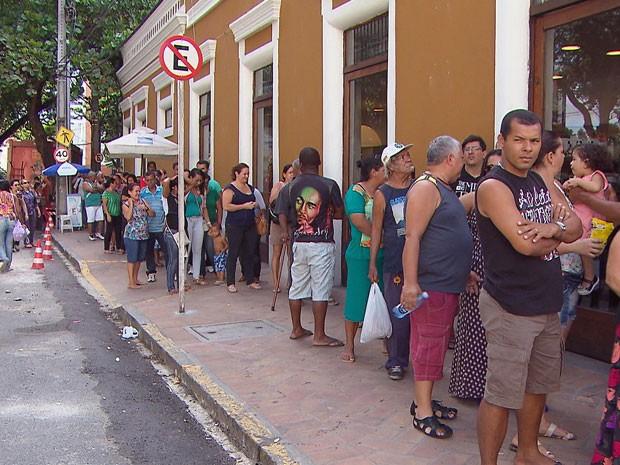 Fila do mutirão do TRE-PE para cadastramento biométrico (Foto: Reprodução / TV Globo)