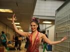 Paloma Bernardi grava vinheta de carnaval e mostra cicatriz