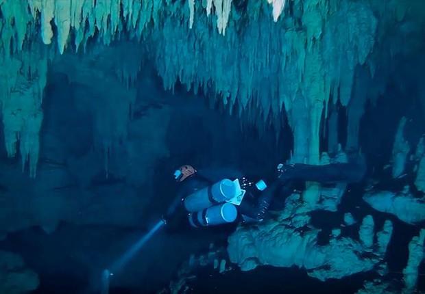 Imagem extraída de um vídeo do Instituto Nacional de Antropología e Historia (INAH) que mostra a exploração dentro da caverna de Sac Atun, em Tulum, México (Foto: EFE/INAH )