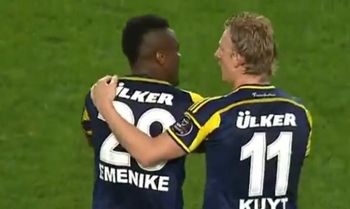 Emenike se irrita e sai de campo no jogo entre Fenerbahçe e Besiktas