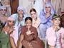 Rihanna dá ajeitadinha em look de modelo nos bastidores do PFW