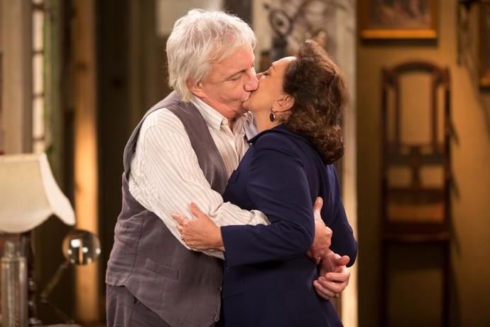 Anastácia e Pandrácio se beijam após revelação (Foto: Fabiano Battaglin/Gshow)
