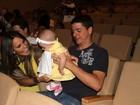 Fernanda Pontes e Diego Boni levam a filha ao teatro no Rio