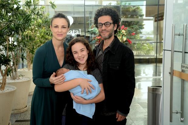 Carolina Kasting deixa a maternidade com a família (Foto: Vinicios Marinho / Brazil News)