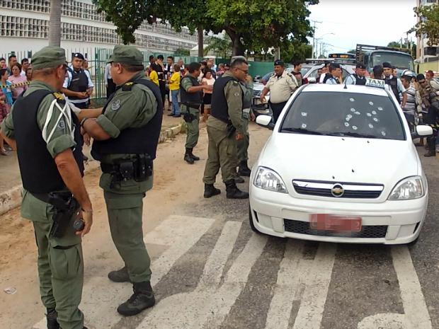 Carro do taxista tem pelo menos 16 marca de bala (Foto: TV Verdes Mares/Reprodução)