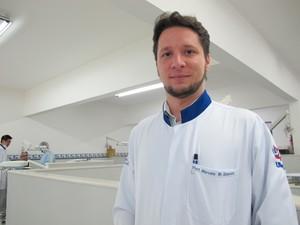 O dentista Marcelo Quintela acompanha o caso da jovem  (Foto: Mariane Rossi/G1)