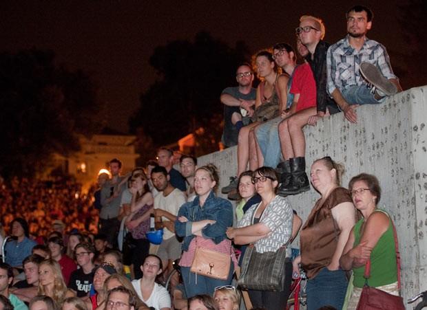 Público do festival pôde assistir aos vídeos em tela grande de alta qualidade (Foto: Craig Lassig/AP)