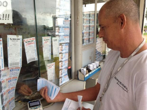 Brasil Torquatto apostando na lotérica Buriti (Foto: Marianna Holanda/G1)