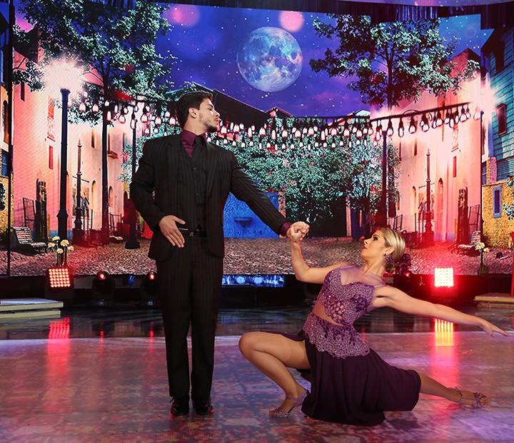 Arthur e a bela Mayara dançaram tango no palco do 'Domingão' (Foto: Carol Caminha/Gshow)