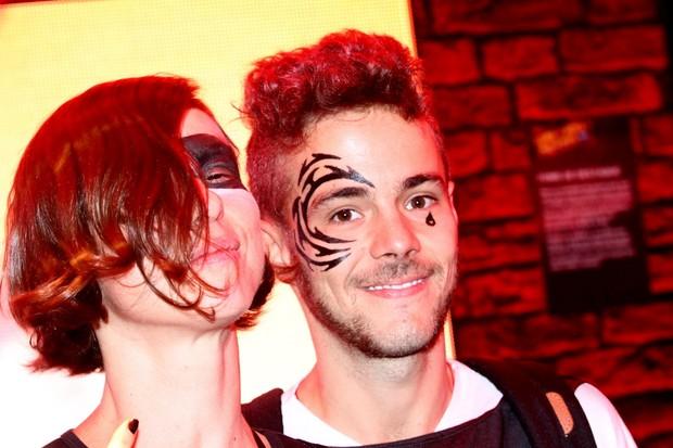 Maria Paula e o Namorado pintam o rosto (Foto: Clayton Militão - Photo Rio News)