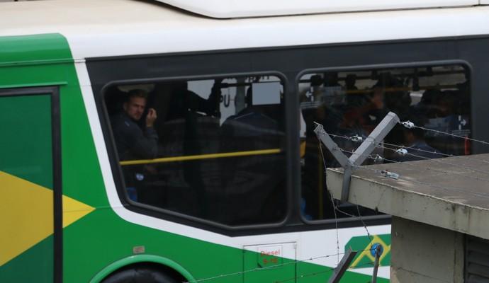 Marcelo Hermes, desembarque, Grêmio, ônibus, aeroporto (Foto: Beto Azambuja / GloboEsporte.com)