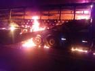 Duas pessoas morrem e veículos pegam fogo após batida na BR-101