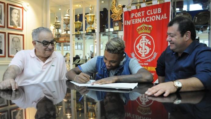 Internacional Inter vitinho renovação Vitinho assinatura (Foto: Divulgação)