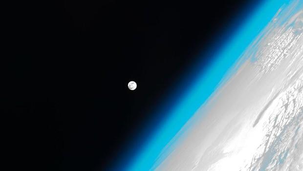A Lua e a atmosfera da Terra. Como explicar tudo que estamos fazendo com essa fina camada de gás em volta do planeta? (Foto: Nasa)