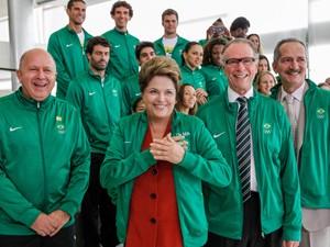 Dilma posa junto com delegação de atletas e autoridades que irão aos jogos de Londres, em junho, no Palácio do Planalto (Foto: Roberto Stuckert Filho/PR)