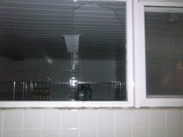 Segundo a Guarda Municipal, o jovem quebrou uma das janelas do restaurante para entrar no local (Foto: Divulgação/Guarda Municipal)