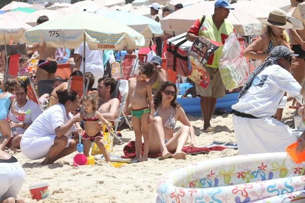 Lavínia Vlasak e filho na praia (Foto: Wallace Barbosa/AgNews)