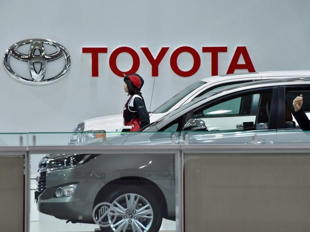 Clientes em showroom da Toyota em Tóquio, nesta sexta-feira, 6; montadora foi alvo de ameaça de Trump pelo plano de abrir uma nova fábrica no México (Foto: Kazuhiro Nogi/AFP)