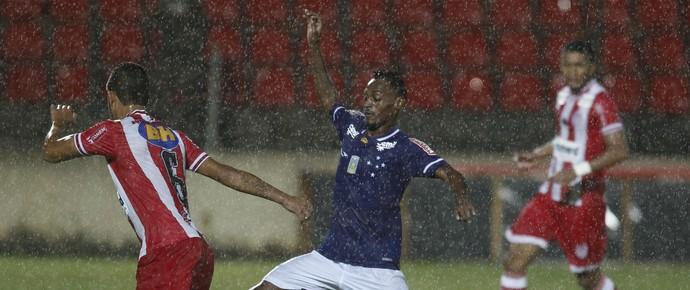 Marquinhos marcou um belo gol na vitória sobre o Villa Nova-MG (Foto: Washington Alves/ Light Press)