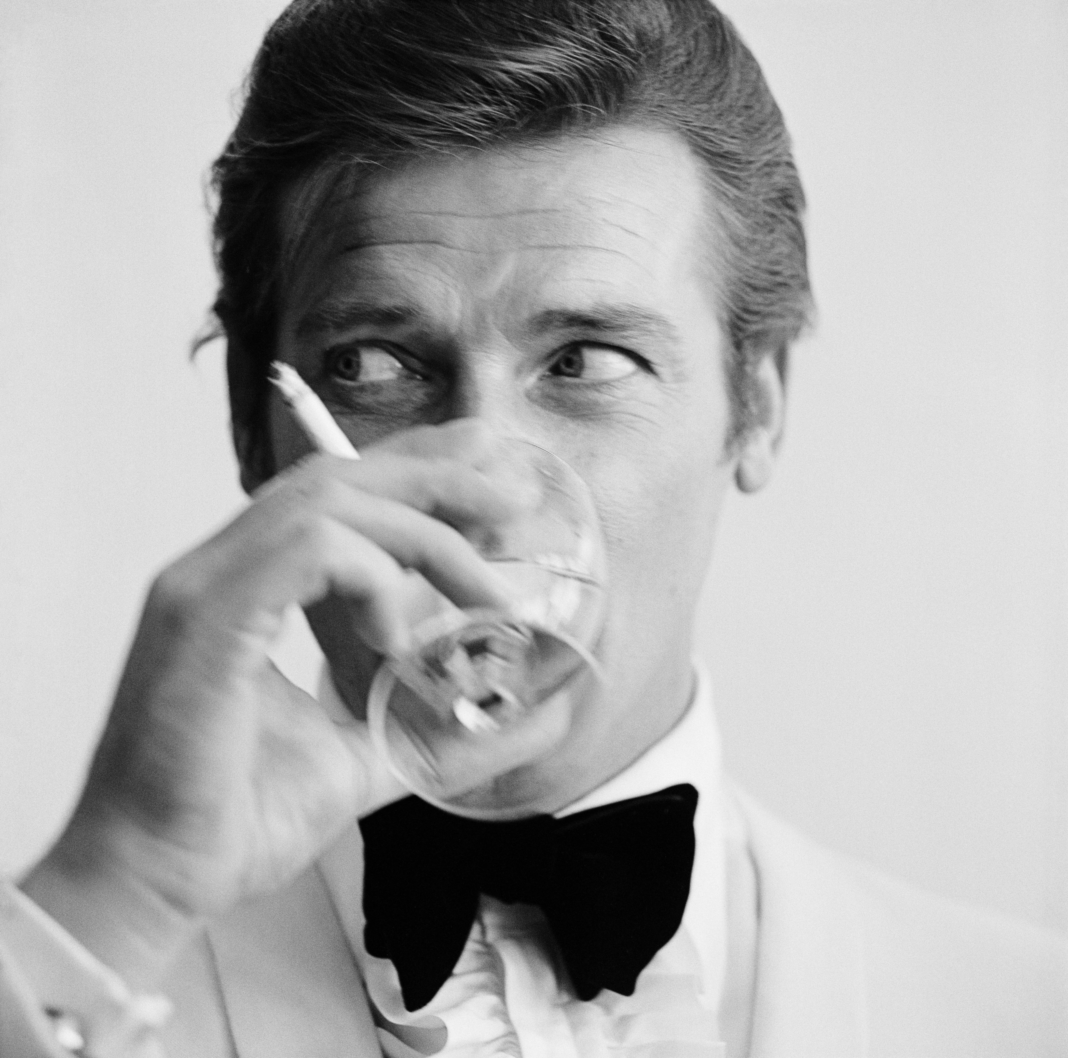 English actor Roger Moore, downs a Martini, 17th July 1968. Moore has recently been awarded his second Bravo Otto award for most popular television actor, by German magazine Bravo, for his mystery spy thriller television series, 'The Saint'. (Photo by Pet (Foto: Getty Images)