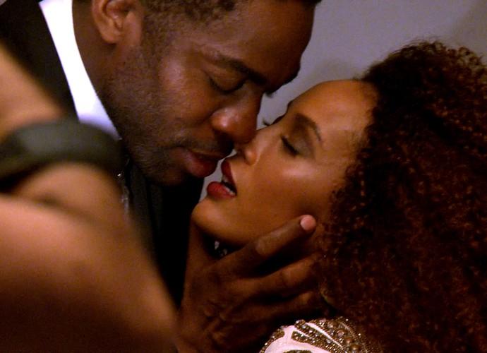 Romance foi um dos climas do ensaio fotográfico (Foto: TV Globo)