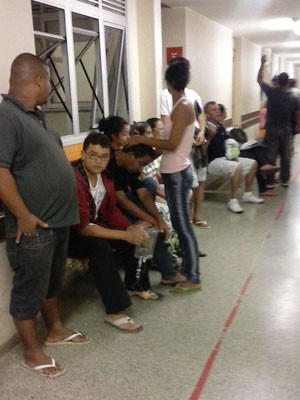 Pacientes aguardando por atendimento no Hospital de Planaltina (Foto: G1)