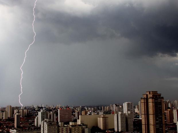 Nuvens carregadas e raios na tarde desta sexta-feira (8), na zona leste da cidade de São Paulo. (Foto: Evaldo Fortunato/Futura Press/Estadão Conteúdo)