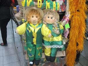 Artigos de Festa Junina em verde e amarelo. (Foto: Julia Basso Viana / G1)