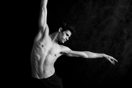 Aos 34 anos, Thiago já dançou nas maiores companhias de dança do mundo e está completando 15 anos de carreira (Foto: Divulgação)