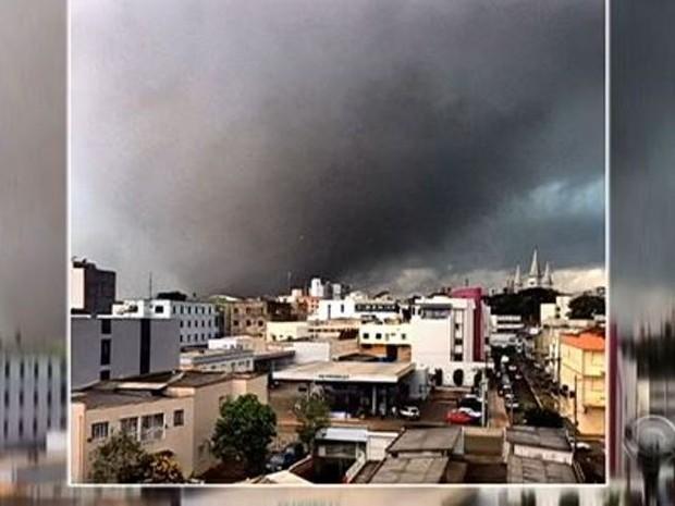 Fortes ventos deixaram rastro de destruição em Xanxerê (Foto: Reprodução/RBS TV)