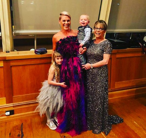 A cantora Pink com os filhos e a mãe antes do Grammy 2018 (Foto: Instagram)