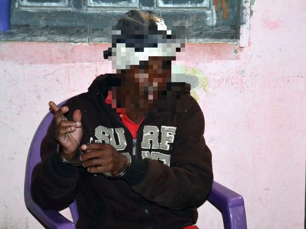 Homem foi preso em flagrante após o crime (Foto: Blitz Conquista)