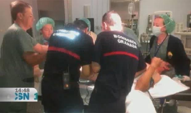 Em junho de 2012, um homem de 52 anos precisou ser resgatado em Granada, no sul da Espanha, depois que ficou com o pênis preso em cano de aço, em consequência de uma prática sexual inusitada (Foto: Reprodução)