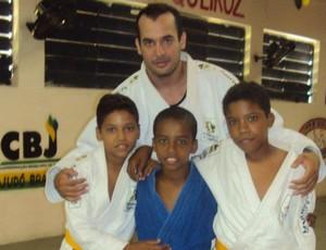 Vicente e alunos do projeto Fábrica de Campeões (Foto: Arquivo Pessoal)