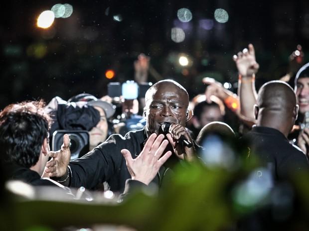 Seal vai pro meio da galera em frente ao Palco Mundo, no terceiro dia do Rock in Rio 2015 (Foto: Fabio Tito/G1)
