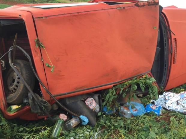 Carro saiu de pista e capotou (Foto: Corpo de Bombeiros de São Domingos/Divulgação)