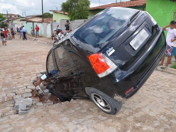 Buraco se abriu no momento em que carro passava, segundo BPTran (Foto: Walter Paparazzo/G1)