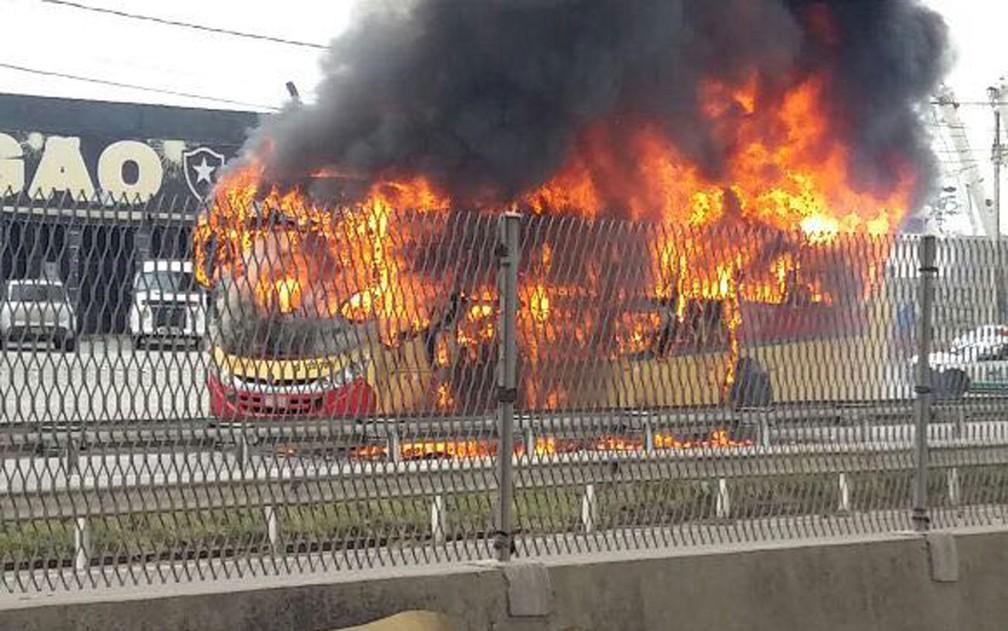Mascarados atearam fogo em três ônibus (Foto: Jéssica Sá / TV Globo)