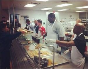 Floyd Mayweather trabalha como voluntário em uma cozinha (Foto: Divulgação)