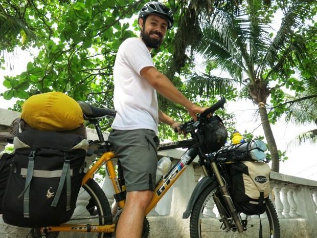 Ciclista parou em São Vicente para conversar com equipe do G1 (Foto: Orion Pires / G1)