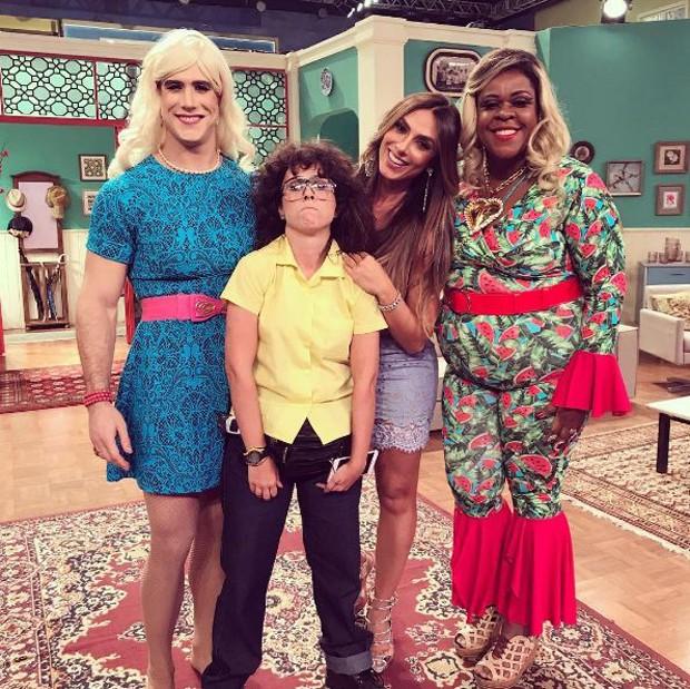 Nicole Bahls com o elenco do Vai que Cola (Foto: Reprodução/Instagram)