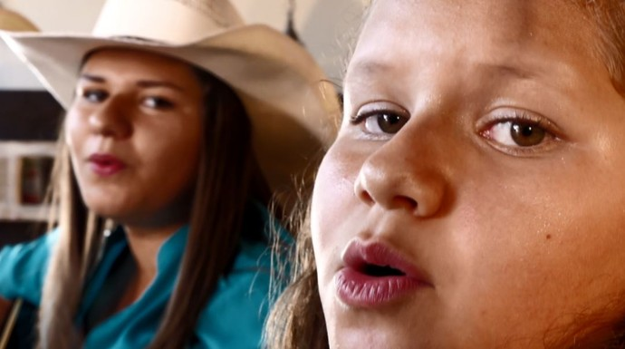 No quadro 'Raízes de Família', Mazinho Quevedo entrevista as irmãs cantoras Camilla e Ludmilla (Foto: reprodução EPTV)