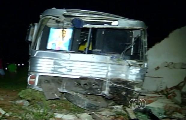 Ônibus foi parar no muro de empresa em Campo Alegre de Goiás (Foto: Reprodução/ TV Anhanguera)