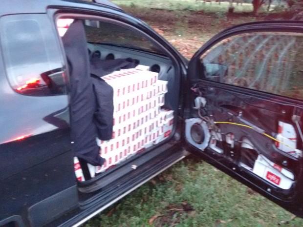 Carros haviam sido furtados em cidades diferentes (Foto: Polícia Militar/ Divulgação)