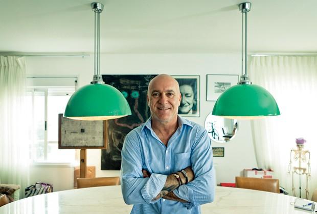 Os lustres verdes da sala de jantar do paisagista Gilberto Elkis foram comprados de um caçambeiro por R$ 50. O tabuleiro de foco usado pela TV Tupi (no fundo, à esq.) também foi garimpado na rua (Foto: Felipe Gombossy)