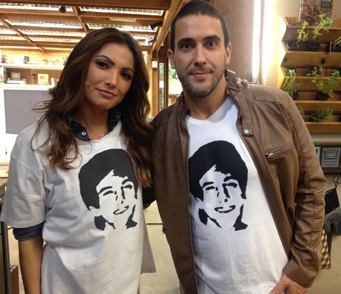 Patrícia Poeta e André Marques mostram camisa para Rafael (Foto: Carolina Morgado/Gshow)