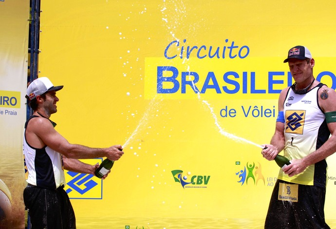 Alison e Bruno Schmidt comemoram título do SuperPraia (Foto: Paulo Frank/Divulgação/CBV)