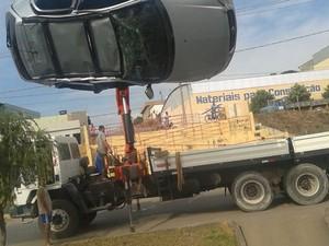 Carro caiu no córrego em Arcos (Foto: Igor Nery/Vertical FM)