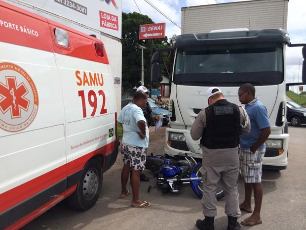 Um caminhão e uma motocicleta se envolveram em um acidente na manhã desta segunda-feira (12) no Costa e Silva, em João Pessoa, próximo à BR-101. O condutor do caminhão, João José da Paixão, explicou que estava esperando sua vez para sair da rodovia e não viu o motoqueiro saindo por trás de um carro menor, causando a colisão. (Foto: Walter Paparazzo/G1)