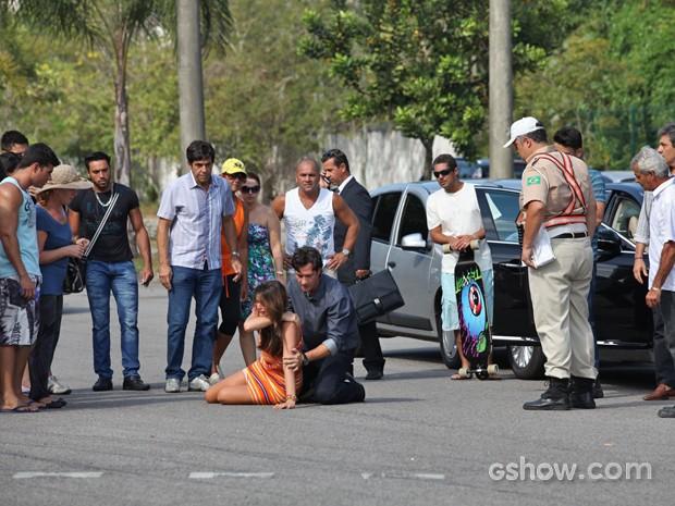 Curiosos ficam em volta de Laerte e Luiza após o acidente (Foto: Carol Caminha/ TV Globo)